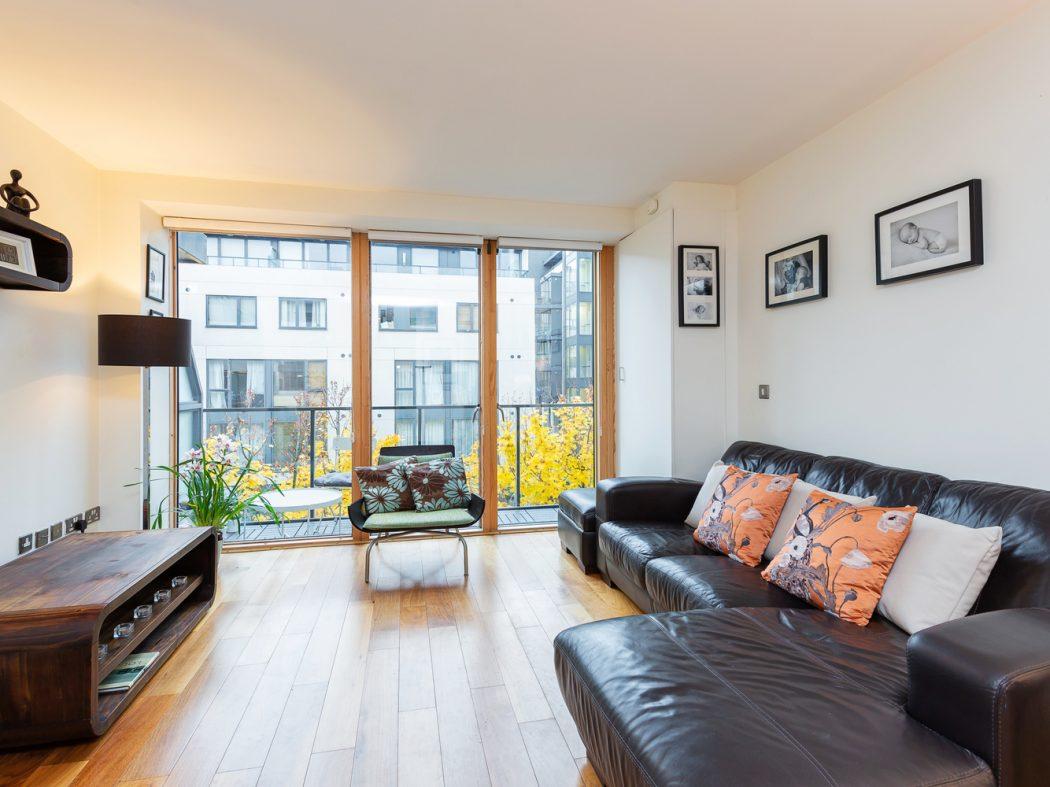 15 Hanover Quarter - Living room 2