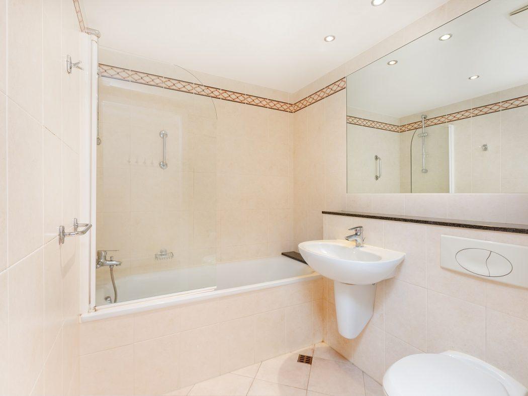 711 LBQ North - bathroom