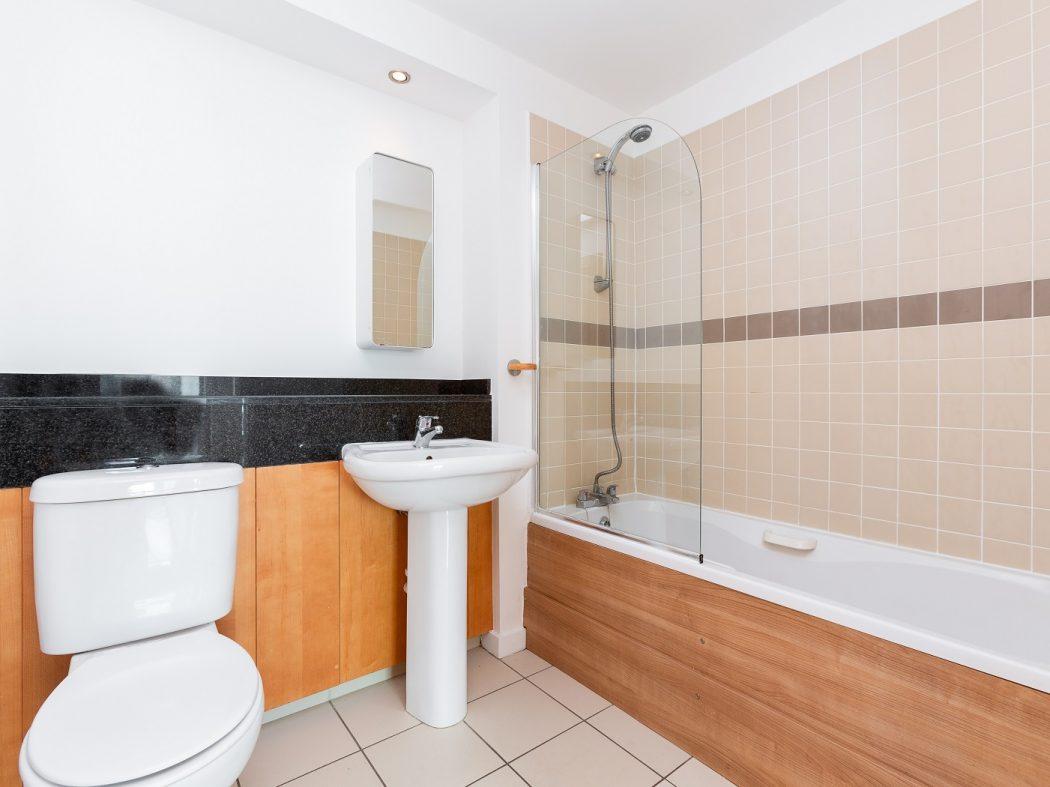 86TheHibernian_family bathroom