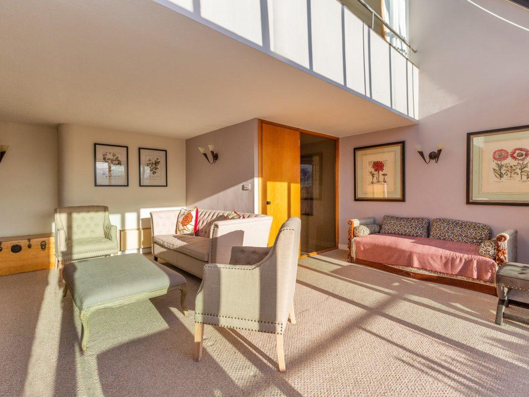 9 The Oaks - Living room