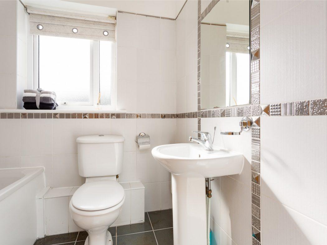 44 Cluain Shee - Bathroom