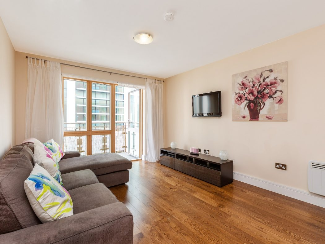 416LongboatQuayNorth-1-livingroom