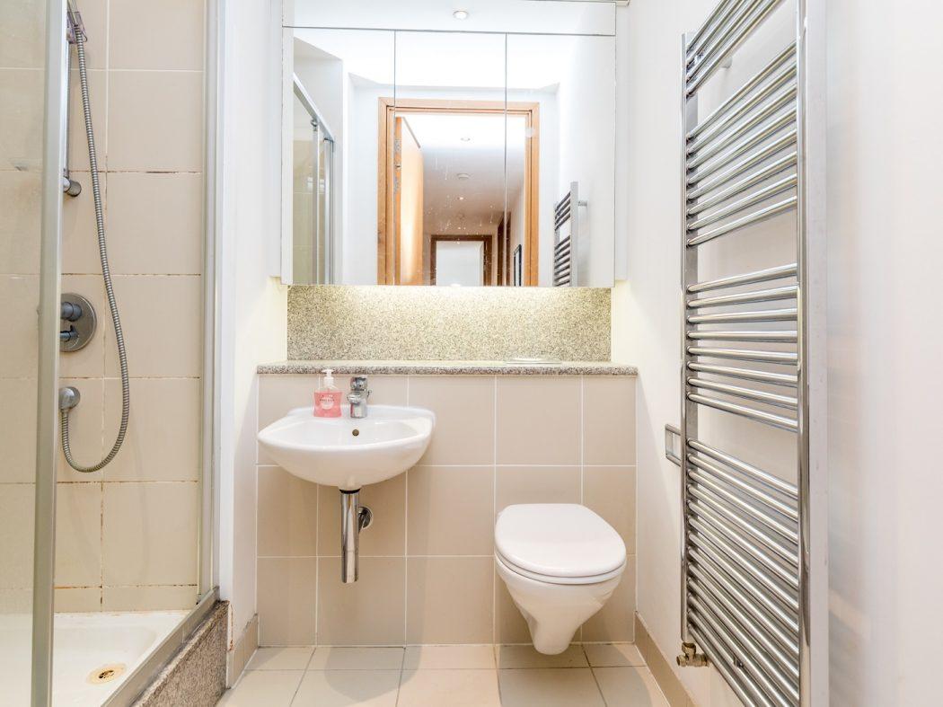 14 Pakenham House - Main Bathroom