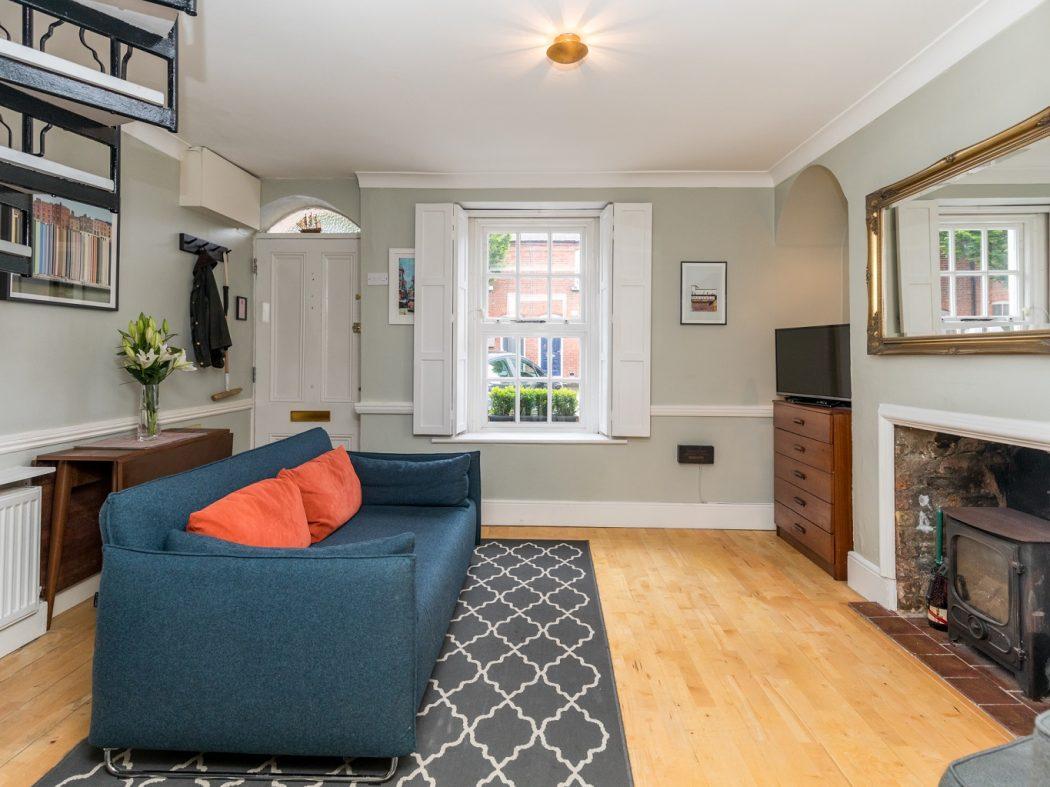 8 Lennox Place - Living room w.fireplace