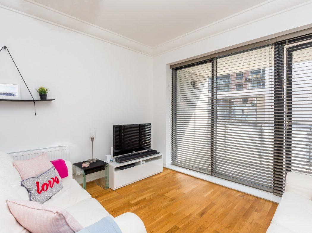 165 Skellig - Living room