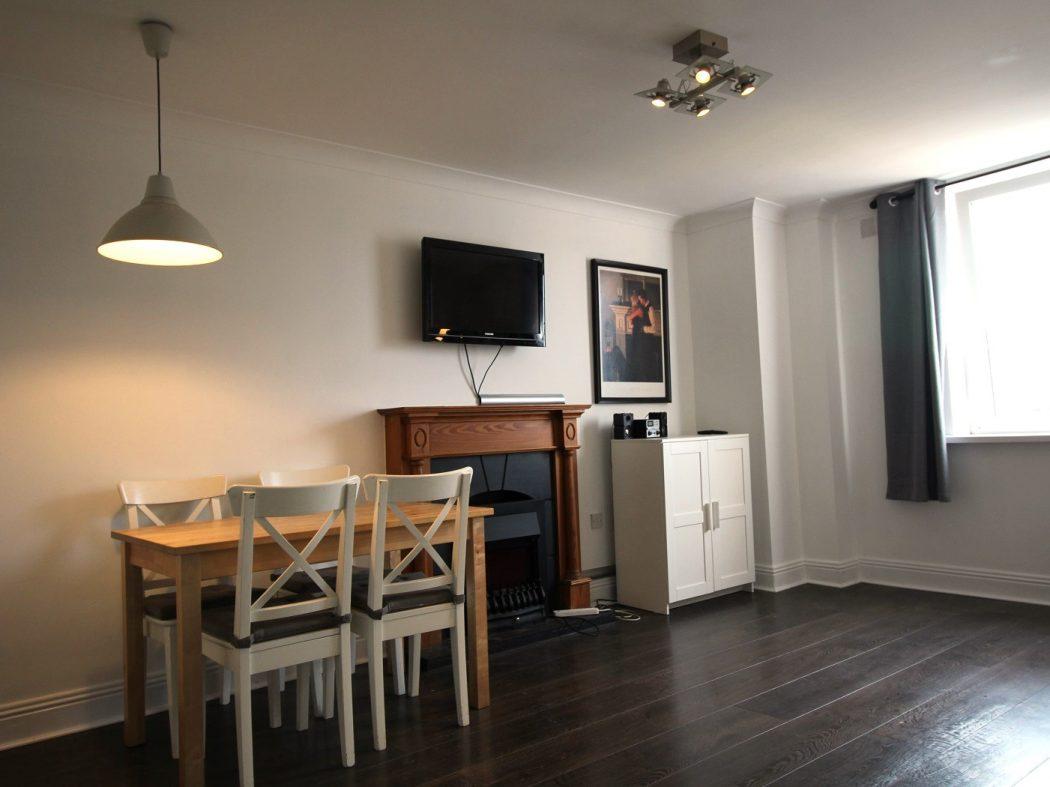 71 Bachelors - Living room