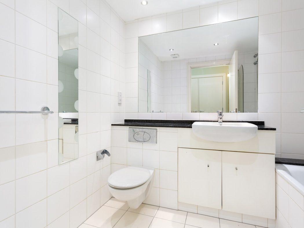 54 GS - Bathroom